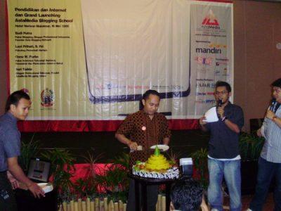 Asri Tadda memotong tumpeng sebagai simbol Grand Launching AstaMedia Blogging School