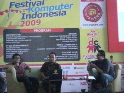 Talkshow Blog dan Make Money Blogging pada Festival Komputer Indonesia 2009 di CCC Makassar: Asri Tadda, Auliah Rahman Basri dan Muhammad Ikbal